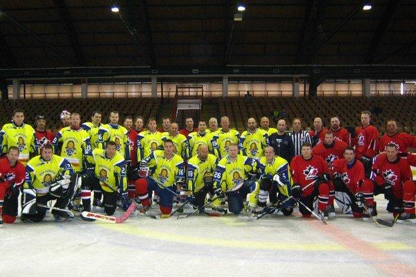 Hokejová exhibícia. Humenskí (žlté dresy) a kanadskí (červené dresy) hokejisti.