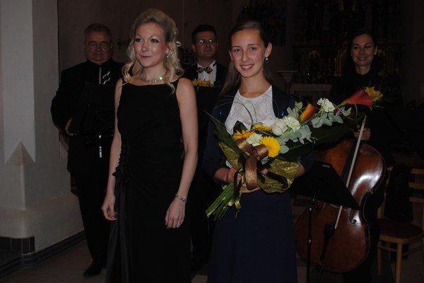 Sopranistka Christina Johnsonová a huslistka Andrea Astrabová. Početné publikum im tlieskalo postojačky.
