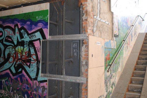 Podchod. Takto vyzerali jeho steny.