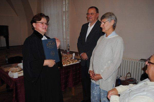 Manželia Valéria a Arpád Csontosovci. Za aktívnu činnosť sa im poďakovala farárka Mária Juhásová.