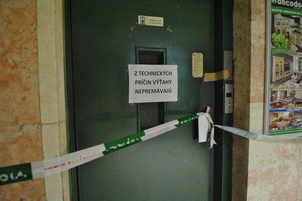 Výťahy. Po piatkovom nešťastí ich kontrolovali v piatok a aj v nedeľu. Vlastník budovy tvrdí, že sú v dobrom technickom stave.