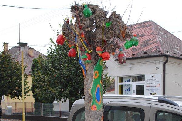 Veselý objektív. Takýto veselý strom stojí pred Základnou umeleckou školou v Humennom.