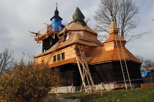 Nová strecha. Bude na nej vyše 22-tisíc nových šindľov.