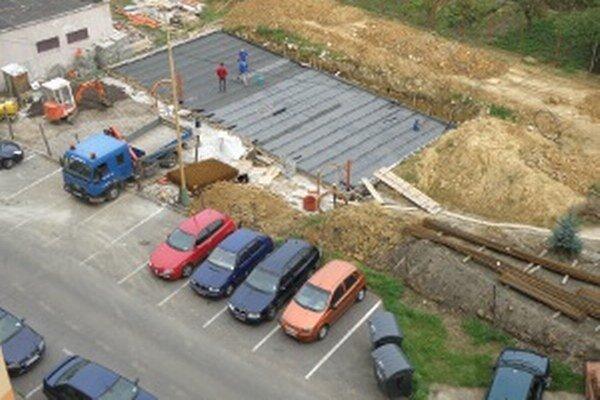 Nové domy na Jesenského ulici v Prievidzi nezaberú doterajšie parkovacie miesta.