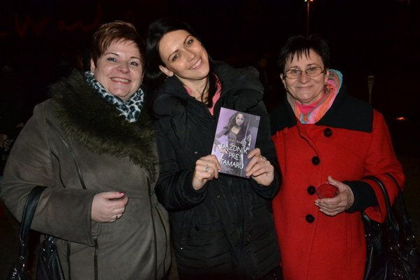 "Autorka a ""krstné mamy"". Renáta Ondrášiková (zľava), Andrea Rimová a Anna Mihalovová."
