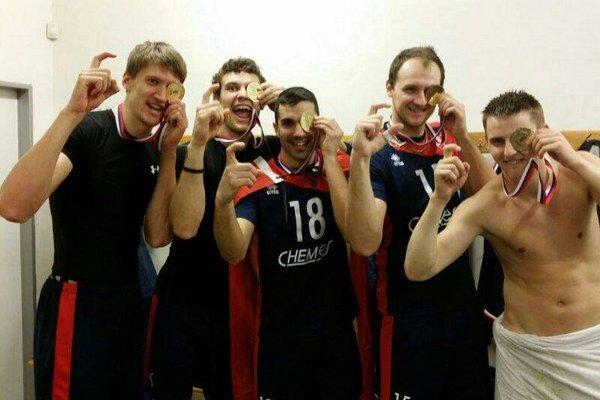 Medailoví piráti. Zľava Mikolaj Sarnecki, Martin Pavelka, Miguel Angel De Amo, Miroslav Jakubov a Jakub Hriňák.