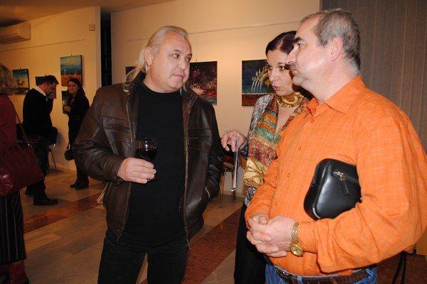Na vernisáži. Ondrej Karško (vľavo) so svojimi priateľmi.