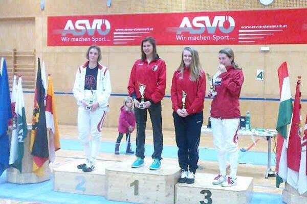 Medaila zo svetového pohára. Katka Hunčárová (druhá sprava) získala v Grazi bronz.