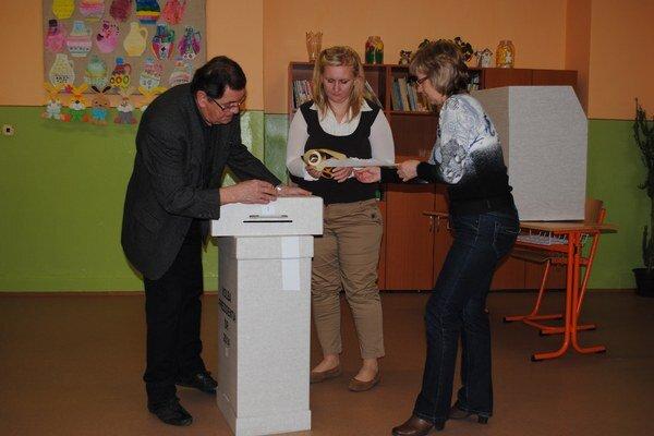 Pred otvorením volebných miestností. Členovia okrskovej komisie pečatia volebnú urnu.