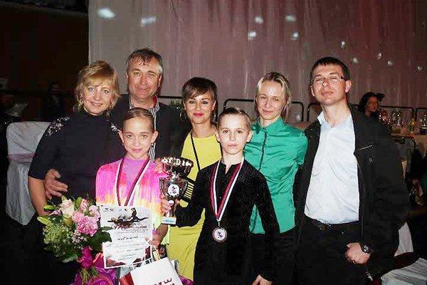 S najbližšími. Bronzoví medailisti s rodičmi a trénerkou.
