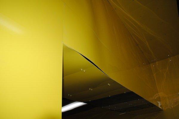 Zvlnené steny. Nerovnosti vidieť na bočných stenách i strope.