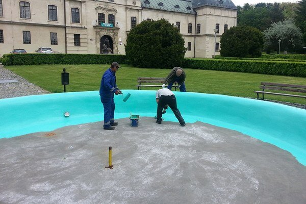 Na belaso. Pracovníci technických služieb natreli fontány v parku ochranným náterom.
