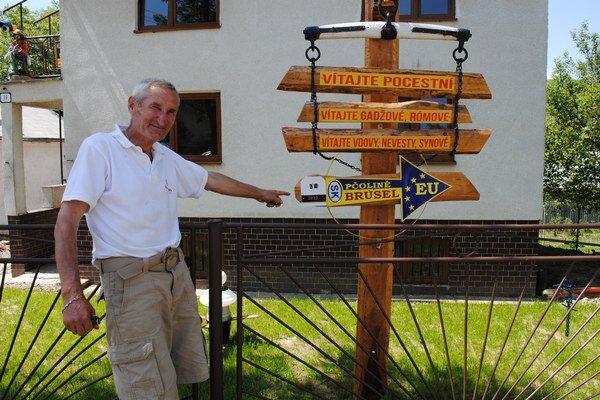 Dôchodca z Pčoliného vyrobil originálny smerovník. Podľa neho je z obce do Bruselu 2012 kilometrov.