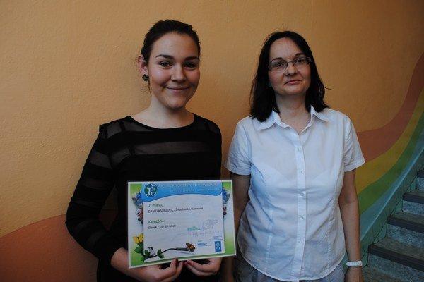 Učiteľka a žiačka. Lucia Rohaľová a Daniela Strížová.