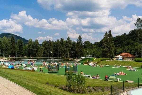 Rekreačná oblasť Rybníky. Za sezónu ju navštívi  75 000 návštevníkov.