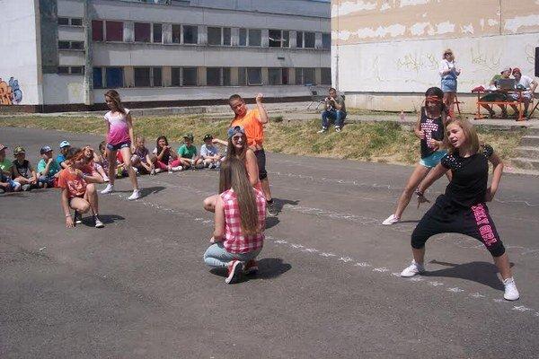 Crazy teens. Hip-hopové siedmačky na jednej zo školských akcií – Annamária Bajcurová, Lenka Kotvanová, Viktória Bobaľová, Vanesa Skošníková (zo 7. B) a Kristína Rohaľová, Diana Veľasová a Anamária Hubcejová (zo 7. A).