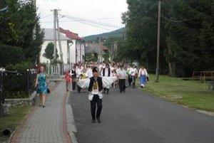 Sprievod po obci mal šesť zastávok na ochutnávku vína a moravskej slivovice.