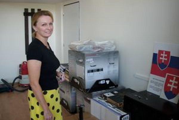 Ako v sklade. Riaditeľka obchodnej akadémie Alena Židová je vo svojej kancelárii zatiaľ založená škatuľami.