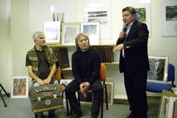Prišli ho podporiť. Anna Šimkuličová (zľava), Viera Rosová a Mária Haburajová navštevujú u Andreja Smoláka kurzy maľovania pre dospelých.