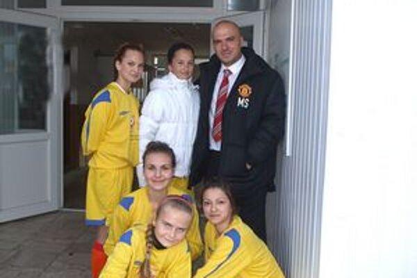 Žiačky ŠK Štich s vedúcim výpravy Manchesteru United.