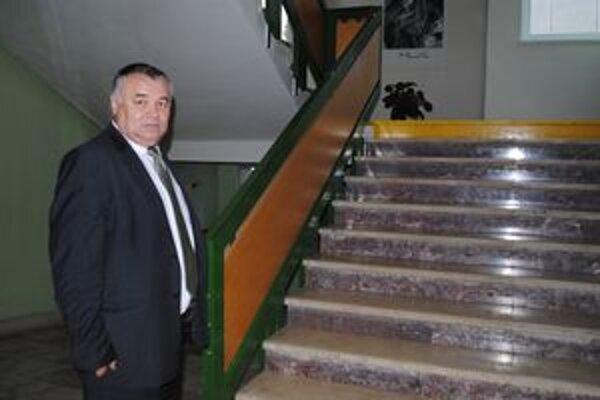 Tu bude plošina. Na toto bočné schodisko upevnia plošinu, ukazuje riaditeľ školy Ivan Pajtaš.