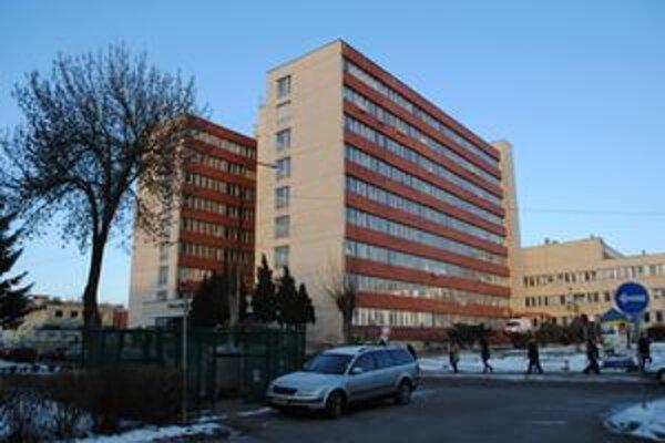 Budova polikliniky. V polovici februára sa k jej predaju budú vyjadrovať aj poslanci Prešovského samosprávneho kraja.