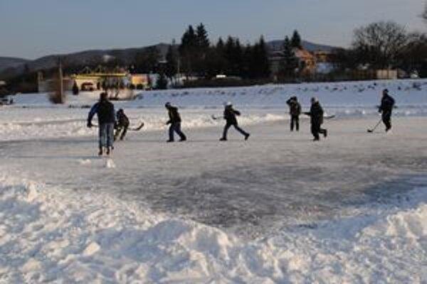 Neboja sa. Ľad je hrubý a nebezpečenstvo nehrozí, myslia si korčuliari.