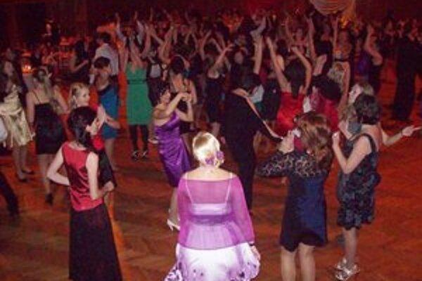 Ples. Na tanečnom parkete bola celá škola.