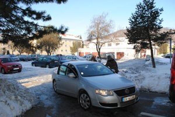 Snina. Z mesta na služobné cesty chodí primátor Štefan Milovčík a zamestnanci úradu týmto 7-ročným autom.