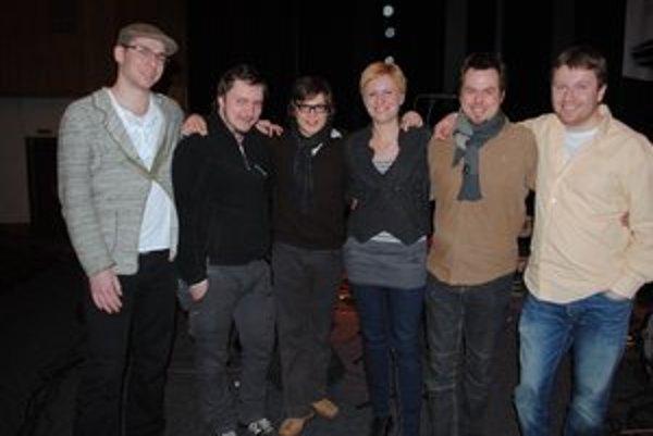 Vertigo v zákulisí. Oskár Török (zľava), Rastislav Uhrík, Vojtěch Procházka, Dorota Barová, Marcel Bárta, Daniel Šoltis.