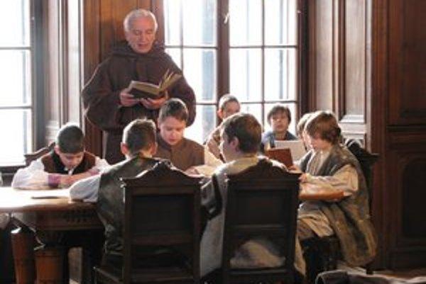 V kaštieli v jezuitskej škole. Po latinsky číta komparzista Štefan Letko.