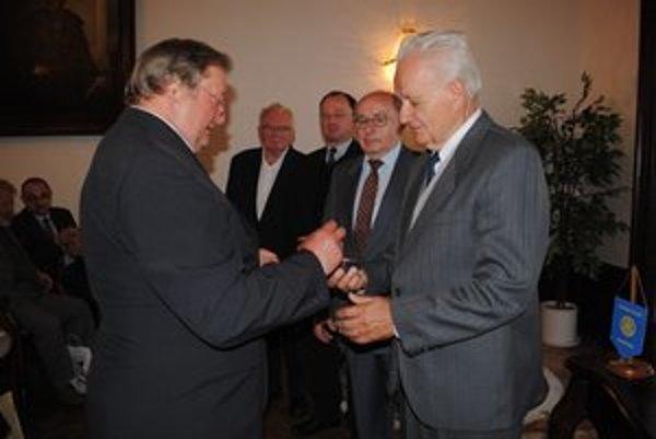 Pamätná medaila. Predseda Jaroslav Zelinka ju odovzdal všetkým členom pobočky.