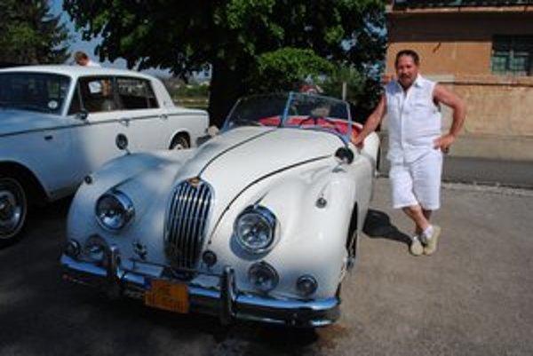 Jozef Svinčák a jaguár. Auto obdivovali na festivale v Slovenskom Novom Meste.