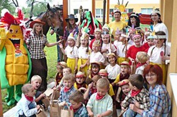 Indiáni a kovboji z Dlhého. Zapojila sa celá škôlka.