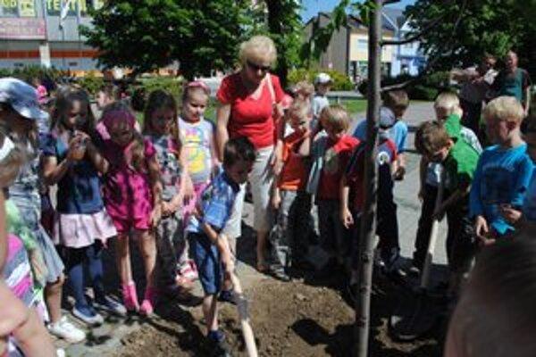 Školáci z Hrnčiarskej. O sadenie stromčeka mali veľký záujem.
