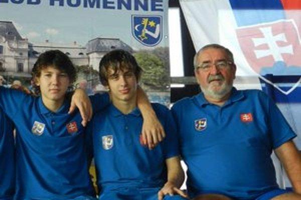 Reprezentanti. Zľava Matej Micikaš a Filip Levický s ich humenským trénerom Mariánom Tomahoghom.