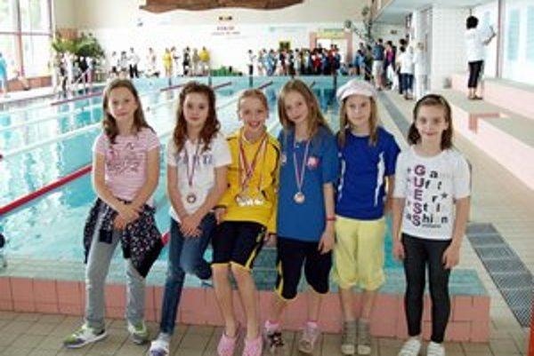 Časť najmladších talentov. Zľava Alexandra Babjaková, Sarah Čajbíková, Lenka Melničáková, Lea Diničová, Natália Babjaková a Kristína Gajdošová.