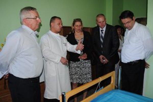 Na chirurgickom oddelení. Pán Guido Stöckli (vľavo) sa presvedčil o využití polohovateľnej postele.