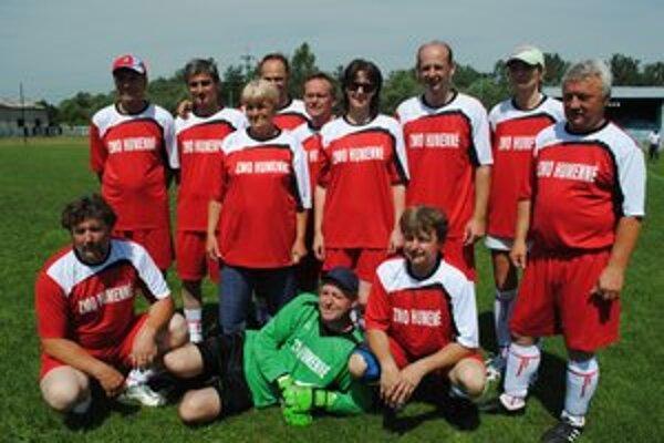Víťazi. Futbalové družstvo humenského regiónu.