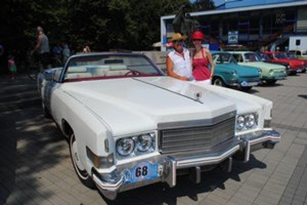Jozef Svinčák pri Cadillacu. Meria necelých šesť metrov.