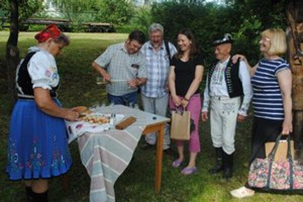 Chlebom a soľou. Takto privítali v skanzene účastníkov Insity 2012 organizátori. Pomáhali im členovia folklórnej skupiny z Topoľovky.