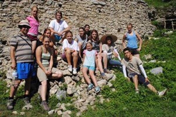 Dobrovoľníci. Na Brekovský hrad prišli zo štyroch svetadielov.