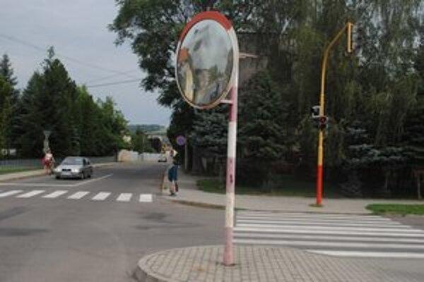 Dopravné zrkadlo. Je nefunkčné a treba ho vymeniť.