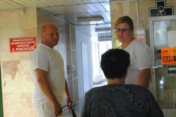 Asistenčná služba. Asistenti Červeného kríža sú po ruke hlavne starším ľuďom, ktorým často prichádza nevoľno.