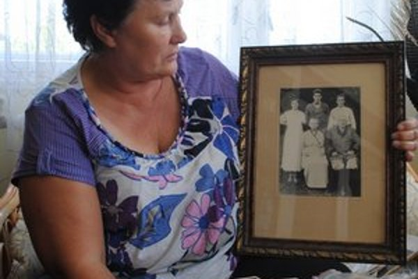 Emília Gavaľová opatruje fotku, na ktorej je Jozef Peiszerle už vo vyššom veku.