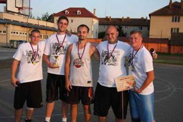 Jeden z nás je panic. Víťaz Streetballu 2012 v hlavnej kategórii nad 18 rokov. Zľava K. Dzurovej, J. Kováč, organizátor Dávid Kulik, M. Maškulik a J. Švec.