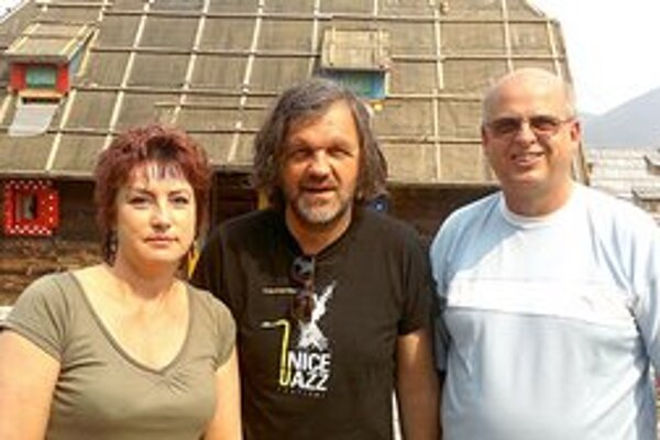Tomáš Leňo a Emir Kusturica. Humenský fotograf venoval svetoznámemu režisérovi svoju knihu. Na snímke s manželkou Ivetou.