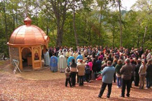 Kaplnka. Veriaci ju postavili na mieste, kde sa mala zjaviť Panna Mária.