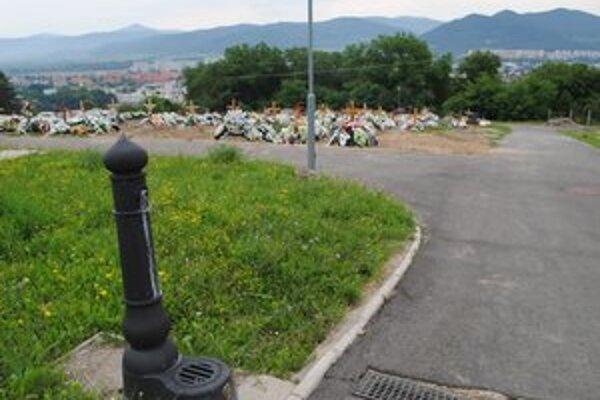 Bez vody. Vodovod na novom cintoríne odstavili v decembri 2006. Zamrzla nielen voda v potrubí, ale aj batérie.