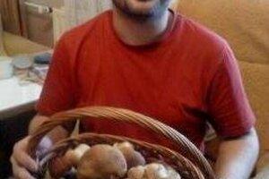 Marcel Ceľuch s hubami. Zbiera ich v kolonických horách už roky.